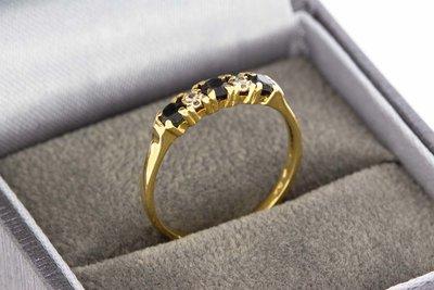 18 Karaat geel gouden Rijring gezet met Diamant en Saffier