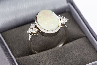 18 Karaat witgouden ring met Opaal en Diamant 0.36 crt