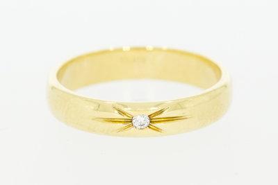 14 Karaat bewerkte geelgouden trouwring gezet met Diamant