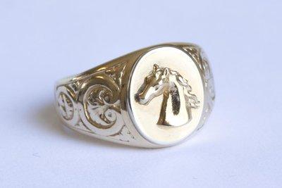 Gefigureerde brede gouden Zegelring met Paardenhoofd