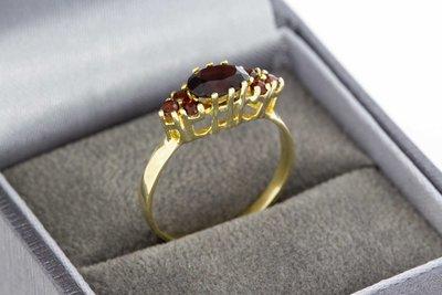 8 karaat fantasie ring gezet met glas Granaat