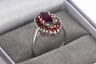 8 Karaat (witte) Markies ring gezet met rode glas Granaat