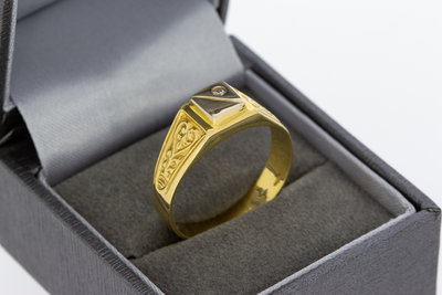 18 karaat gouden ring met bewerkte schouders met zirkonia