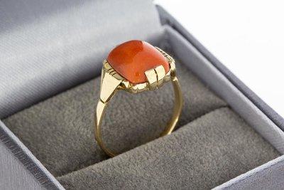 14 Karaat geelgouden ring met Cabochon geslepen Bloedkoraal