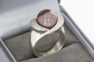 18 Karaat witgouden ring gezet met Tahiti Parel en Diamant