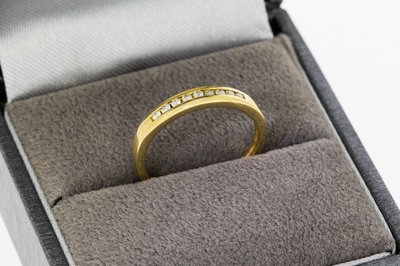 18 Karaat geel gouden Rijring met Diamant (ringmaat 15,7)
