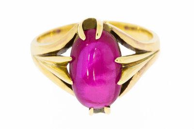 14 karaat gouden Ring gezet met ovaal geslepen Robijn