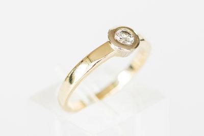 14 Karaat gouden solitair ring met centraal gezette Diamant