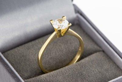 14 karaat geelgouden Solitair ring gezet met witte Saffier